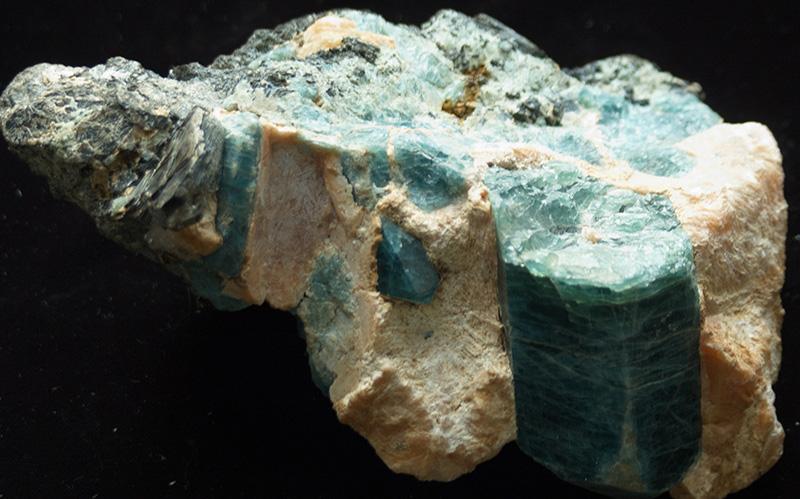 Апатит кристаллы с кальцитом. Слюдянка.
